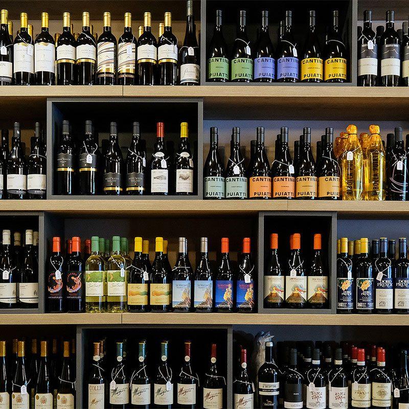 Uno scaffale pieno di vini in bottiglia
