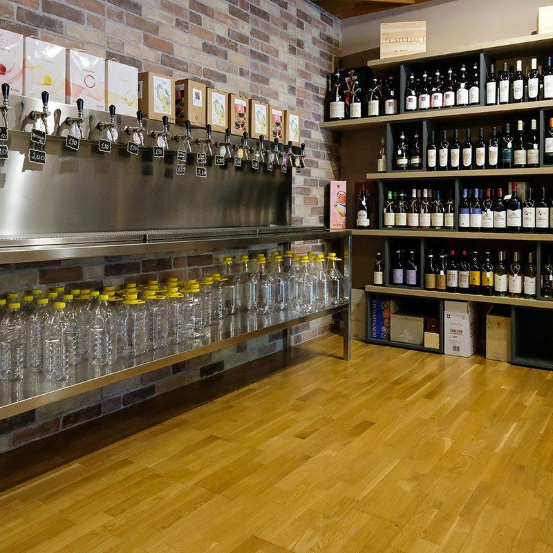 Tutte e 15 le spine di vino sfuso dell'enoteca da Gian